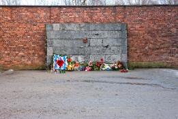 Camp d´Auschwitz I _ Le mur noir, situé entre les blocs 10 et 11, où était fusillés les déportés du bloc 11